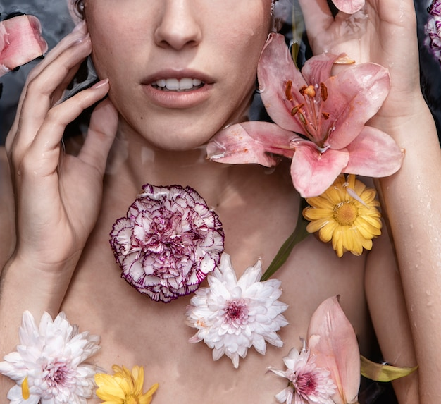 ウェルネスの花を持つ美しい女性の肖像画