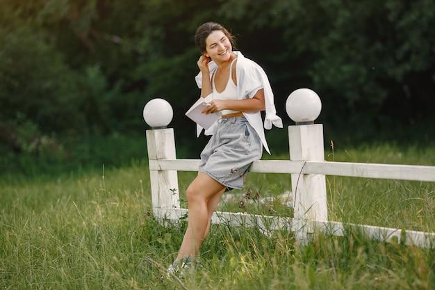 Портрет красивой женщины. женщина читает книгу. дама в белой рубашке.