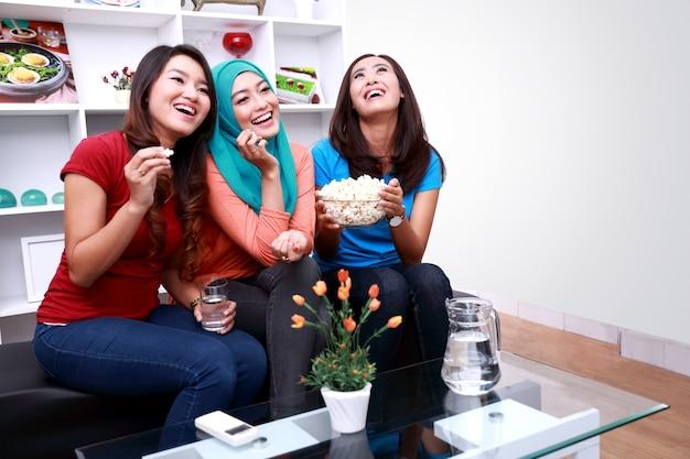 Портрет красивых женщин, смеющихся вместе