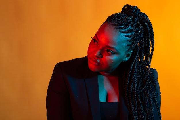 Портрет красивой молодой афро-американской женщины с макияжем афро и гламур.