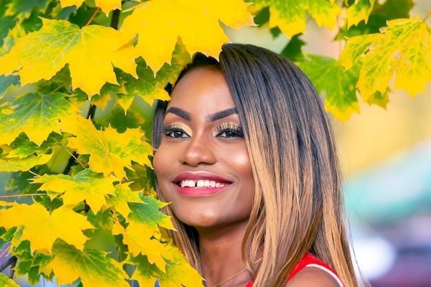 단풍에 아름 다운 젊은 아프리카 여자의 초상화