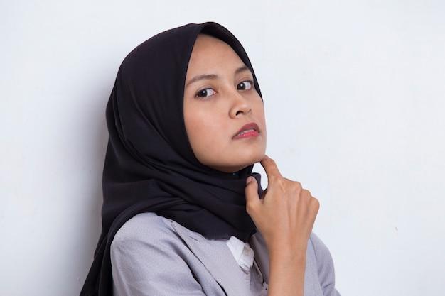 Портрет красивой молодой азиатской мусульманской женщины с чистой и свежей кожей, изолированной на белом