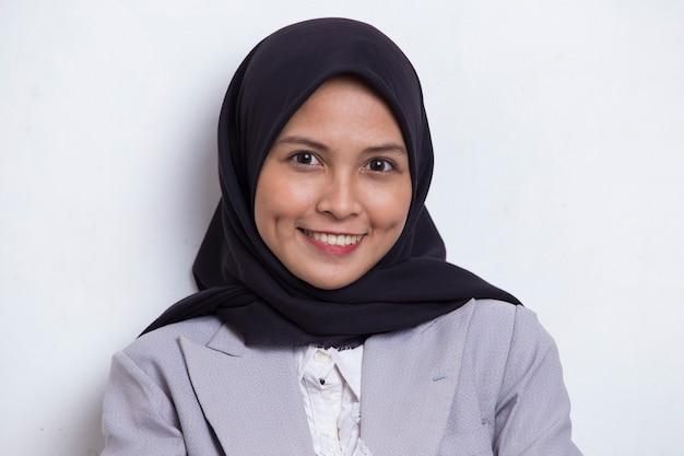 白で隔離の清潔で新鮮な肌を持つ美しい若いアジアのイスラム教徒の女性の肖像画