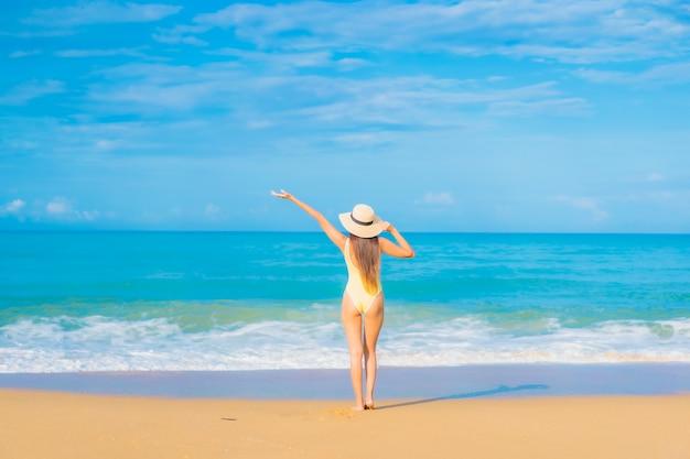 여행 휴가에 해변에서 편안한 아름 다운 젊은 아시아 여자의 초상화
