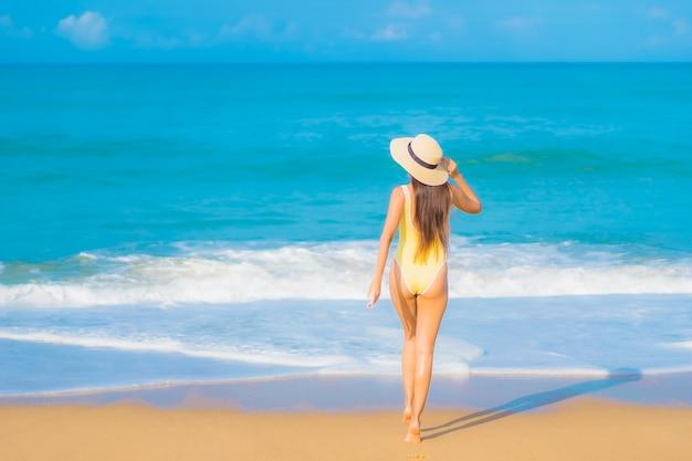 旅行休暇でビーチでリラックスした美しい若いアジアの女性の肖像画