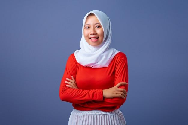 手を組んで立っていると笑顔の表情で美しい若いアジアの女性の肖像画