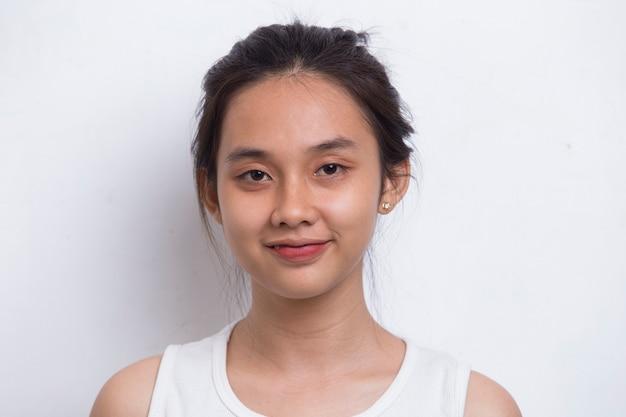 Портрет красивой молодой азиатской женщины с чистой и свежей кожей на белом фоне