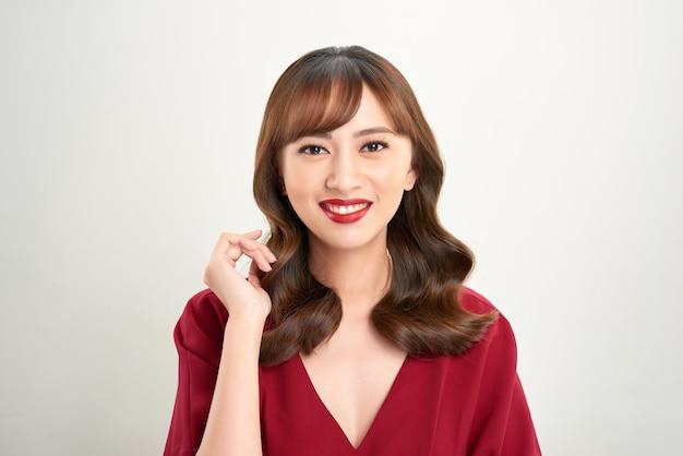 完璧な肌と完璧なメイクで美しい若いアジアの女性の肖像画
