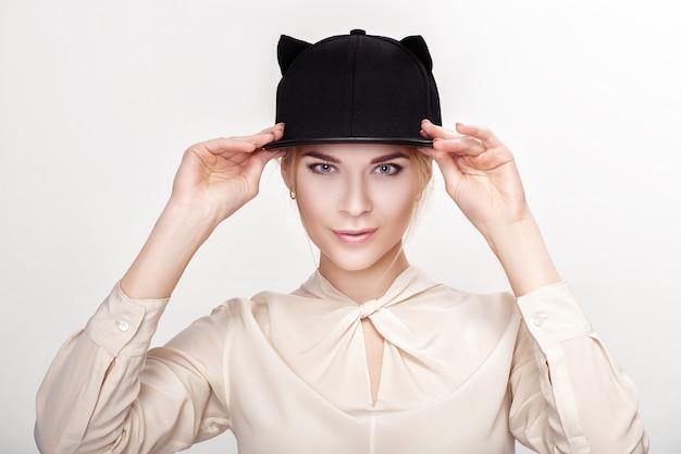 Портрет красивой молодой белокурой сексуальной женщины в шляпе-кошке. женщина кошка