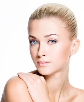 깨끗한 얼굴을 가진 아름 다운 젊은 금발 여자의 초상화-흰색에 고립
