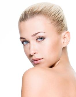 깨끗 한 얼굴을 가진 아름 다운 젊은 금발 여자의 초상화