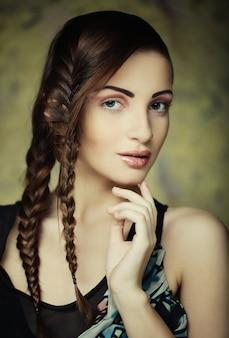 창의적인 머리 띠와 아름 다운 젊은 금발 여자의 초상화 하