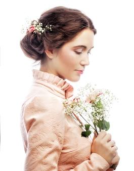 Портрет красивой молодой невесты в розовом платье на белом фоне