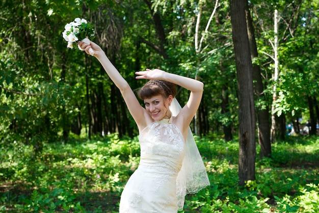 自然の美しい若い花嫁の肖像画