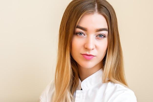 Портрет красивой молодой кавказской бизнесвумен, глядя