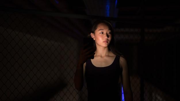 밤에 야외에서 아름 다운 젊은 중국 여자의 초상화