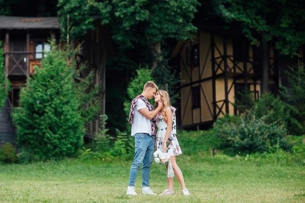 サマーパーク、デートの日に自然を楽しんでいる美しい若いカップルの肖像画。