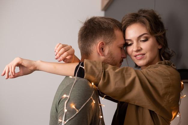 Портрет красивой молодой пары в любви, поцелуи и улыбки