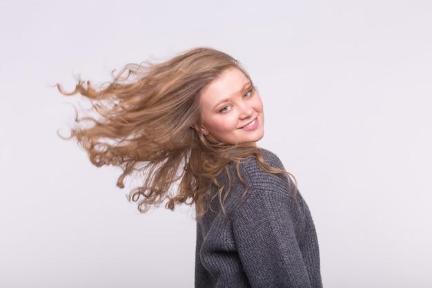 Портрет красивой молодой европейской блондинки с светлыми волосами flatterig.