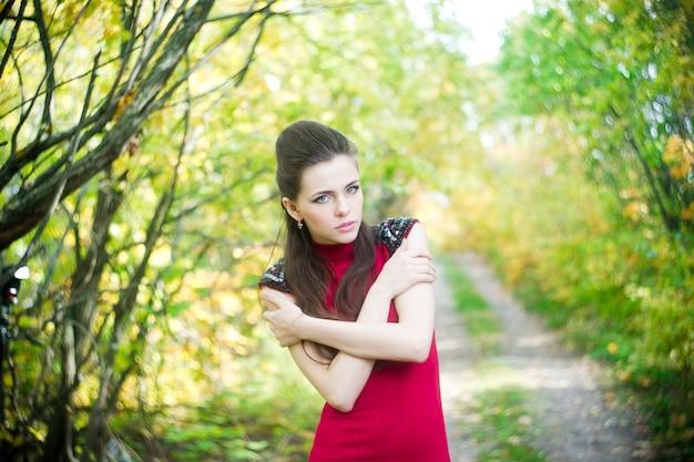 自然の中で美しい少女の肖像画
