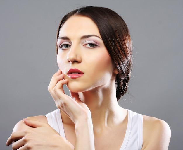 Портрет красивой молодой девушки с чистой кожей на красивом лице - crey