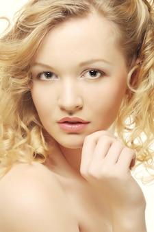 Портрет красивой молодой девушки с чистой кожей на красивом лице - белый