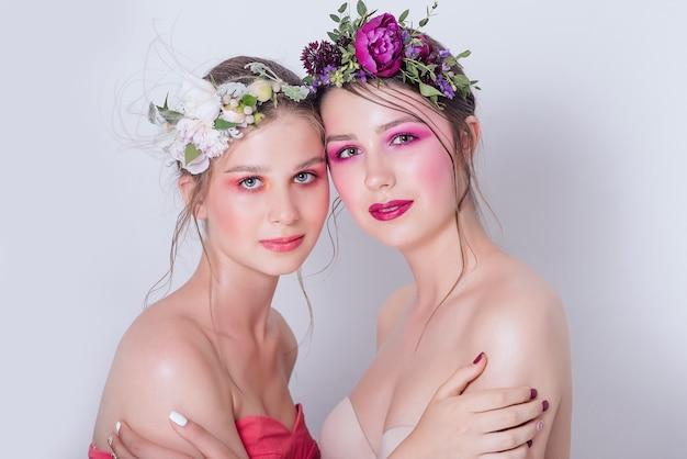 ヌードファッション明るいメイクで美しい若い女の子の肖像画