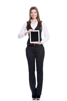 完全な長さの空白の画面でタブレットを保持している美しい若い幸せなビジネス女性の肖像画-白で隔離。