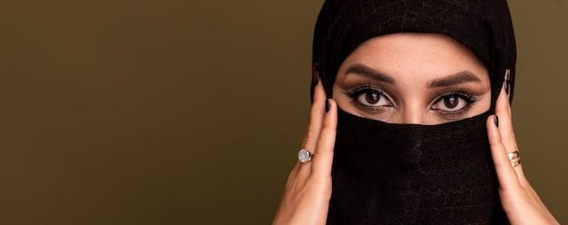 카메라, 복사 공간보고 hijab를 입고 아름 다운 젊은 이슬람 아라비아 여자의 초상화. 고품질 사진