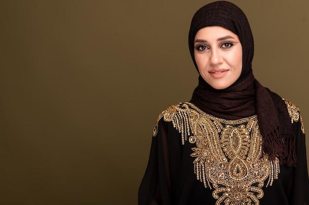Портрет красивой молодой мусульманской арабской женщины в хиджабе, глядя на камеру, копией пространства.