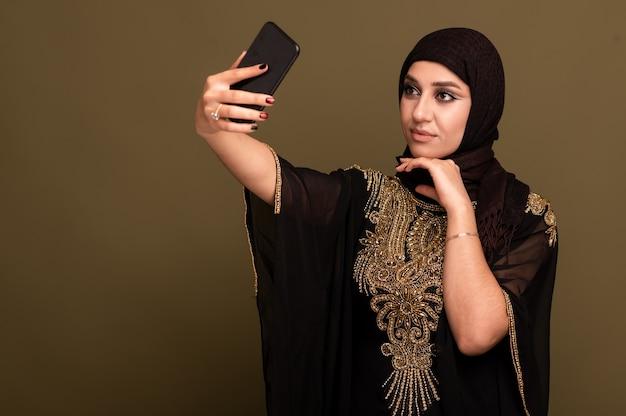 Портрет красивой молодой мусульманской арабской женщины в хиджабе