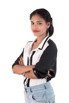 Портрет красивой молодой улыбающейся девушки позирует на белом фоне