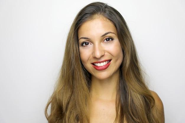 長い茶色の髪を持つ美しい若い日焼けした女性の肖像画