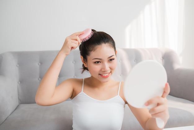 초상, 의, 아름다운, 젊은 숙녀, 그녀의 머리를 빗질하는 것, 거울을 보는