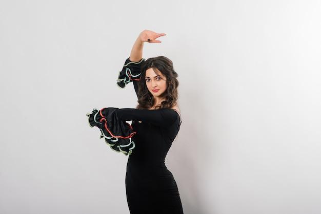 ファンとフラメンコを踊る美しい若い女性の肖像画