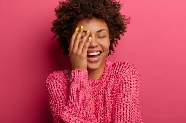 身振りで示す美しい若い女性の肖像画