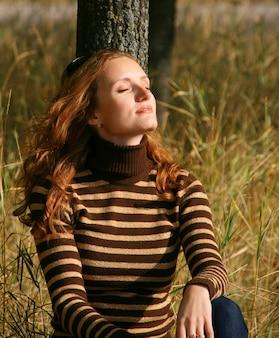 가 공원에서 아름 다운 젊은 여자의 초상화