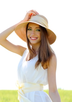 Портрет красивой молодой женщины в поле
