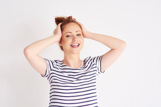 ショットを笑っている美しい、若い女性の肖像画