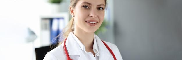클리닉에서 아름 다운 젊은 여자 의료진의 초상화