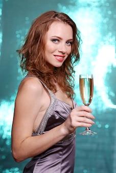 明るい背景の美しい若い女性の肖像画
