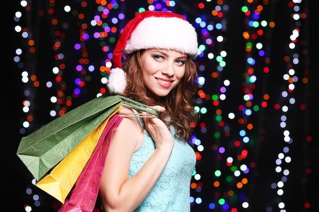 Портрет красивой молодой женщины на ярком фоне