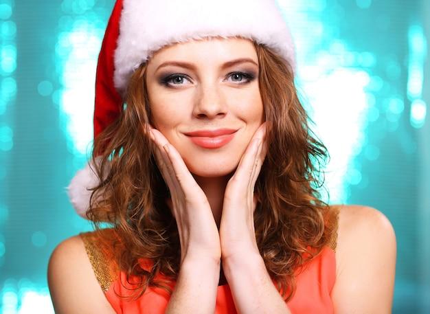 Портрет красивой молодой женщины на ярко-синем фоне