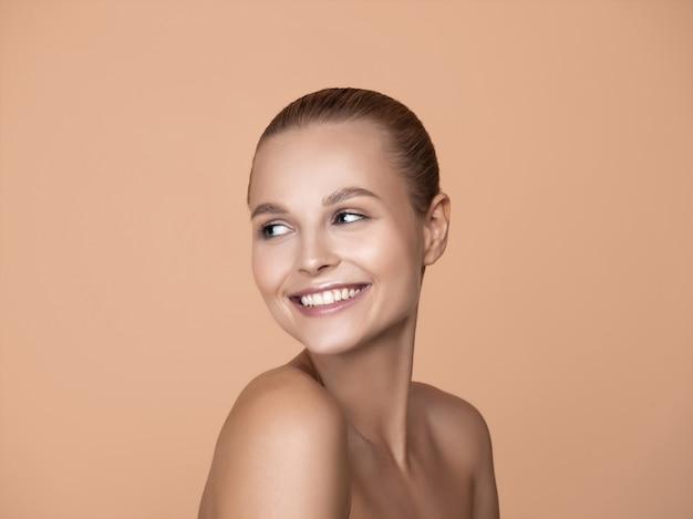 Портрет красивой молодой женщины в коричневой студии