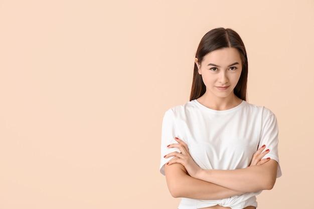 色の美しい若い女性の肖像画