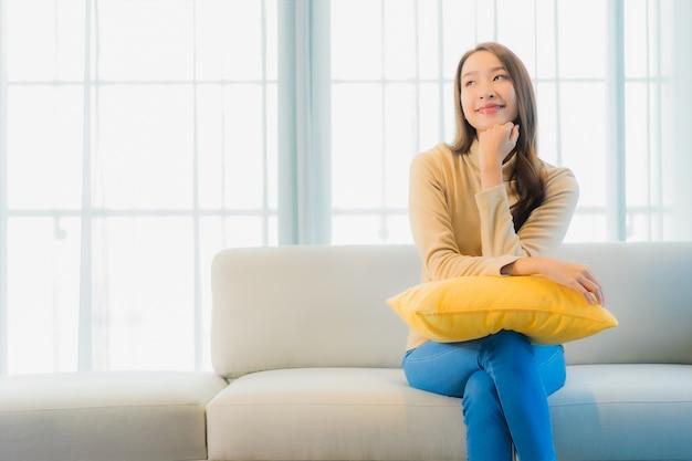 リビングルームのソファの上の美しい若い女性の肖像画