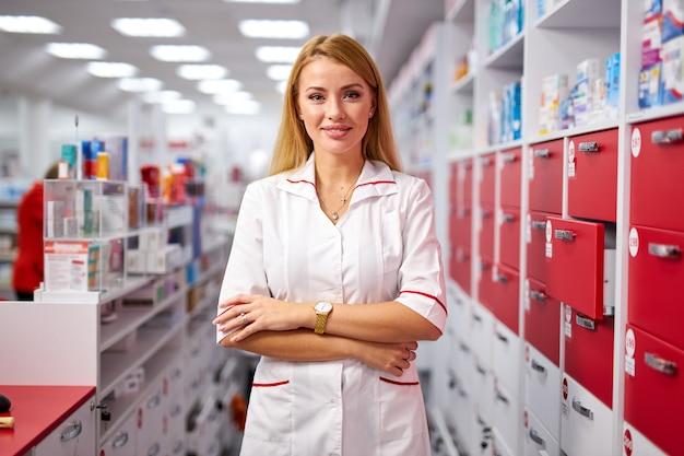 Портрет красивой молодой женщины-фармацевта в униформе