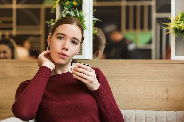 Портрет красивая молодая женщина позирует