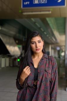 Портрет красивой молодой женщины, готовой путешествовать по вертикали