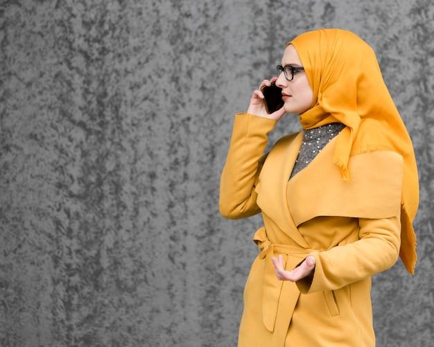 Портрет красивой молодой женщины разговаривает по телефону